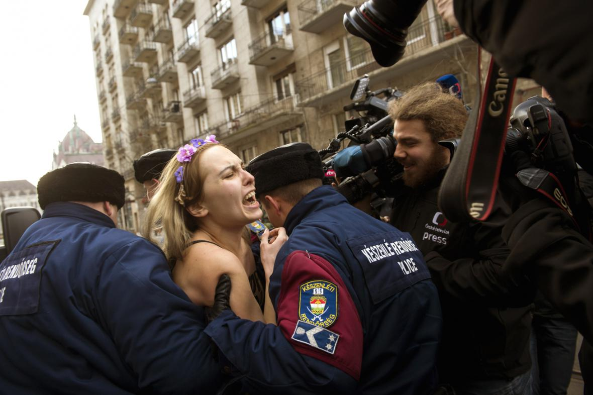 Proti Putinově návštěvě v Budapešti protestovala členka hnutí Femen