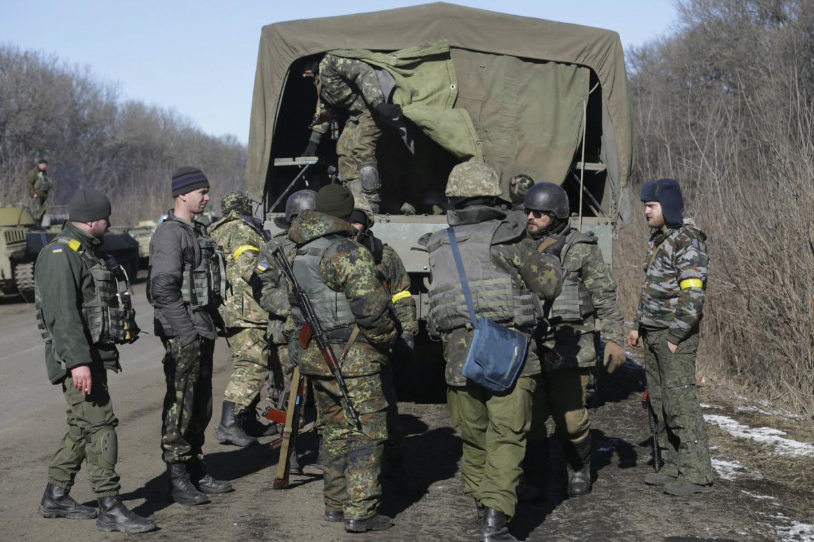 Ukrajinští vojáci opouštějí Debalceve