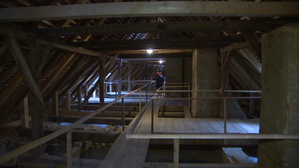 Opravená trámová konstrukce hradu