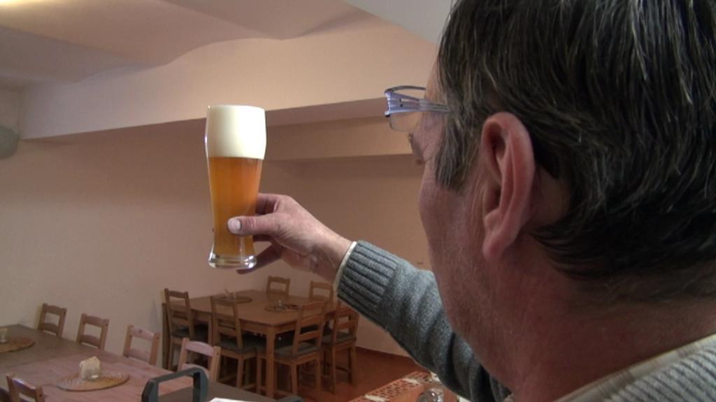 Aleš Lípa kontroluje své pivo