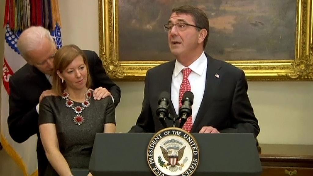 Joe Biden se k manželce ministra obrany choval až příliš důvěrně