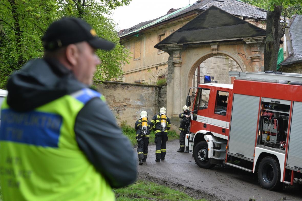 Policie a hasiči zasahují ve squattu Cibulka