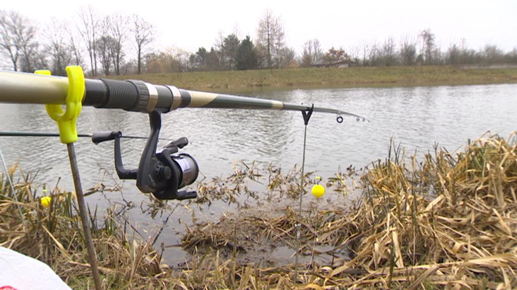 V Pardubicích teď hromadně vydávají rybářské lístky
