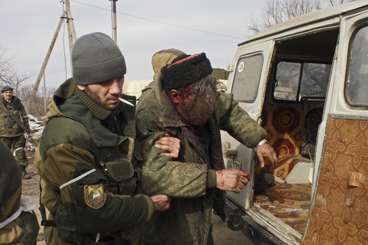 Zraněný ukrajinský voják u Debalceve
