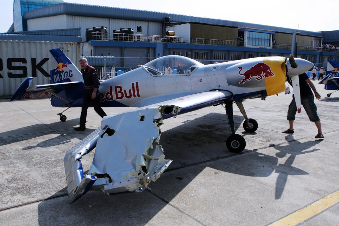 Letadlo vyvázlo z kolize s poškozeným křídlem