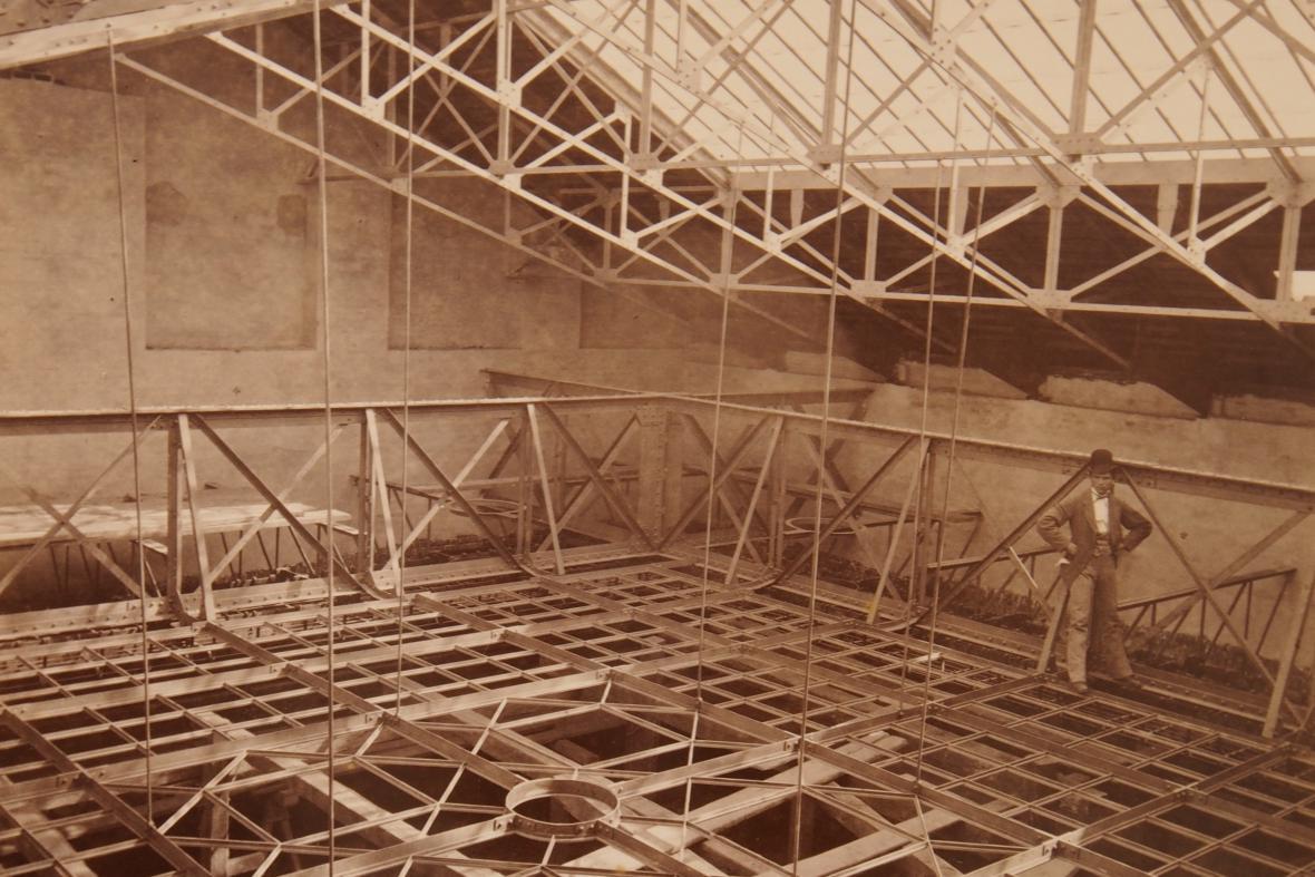 Stavba dnešního sídla Ústavního soudu na historické fotografii