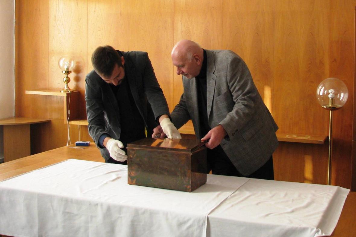 Otevírání schránky nalezené na Ústavním soudu