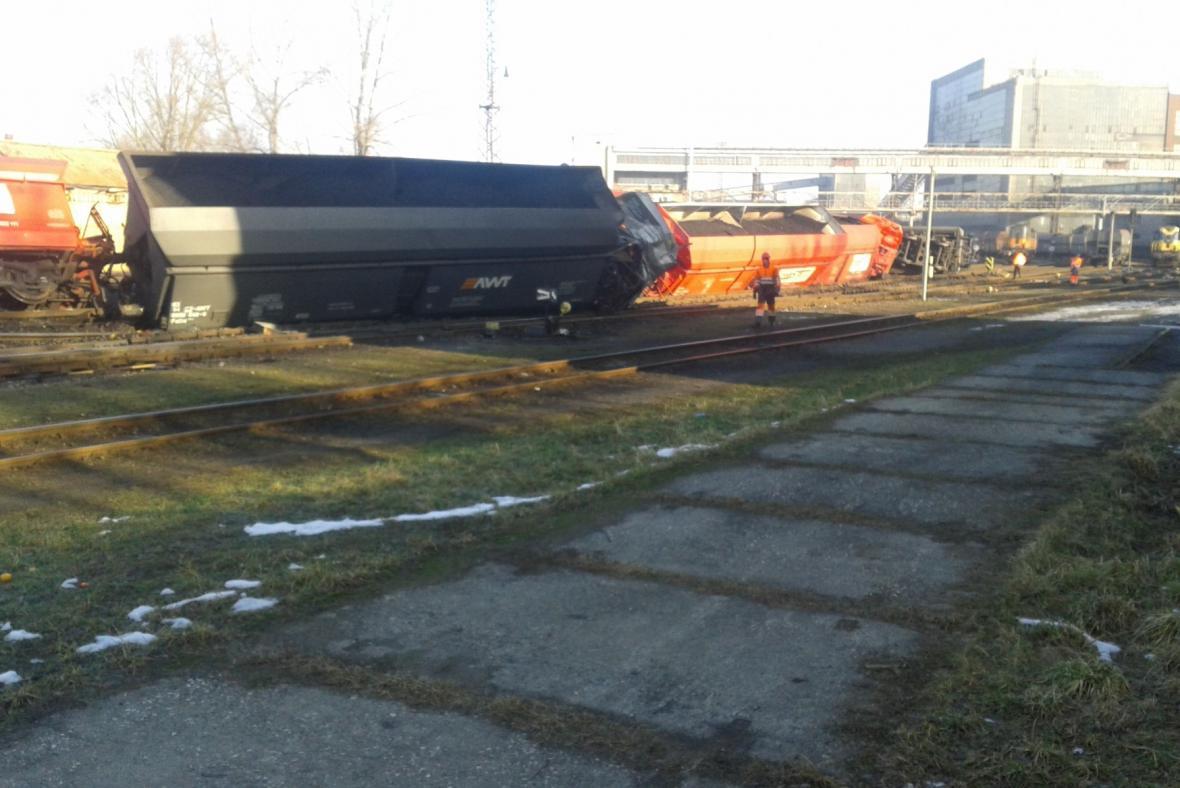 U Paskova vykolejilo 21 vagonů s uhlím