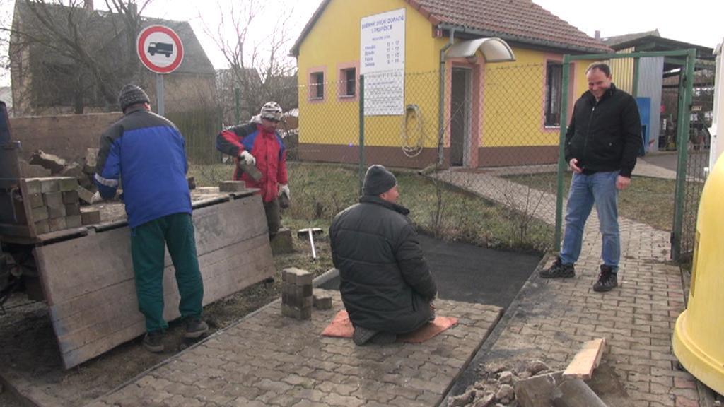 Řemeslníci pokládají novou dlažbu