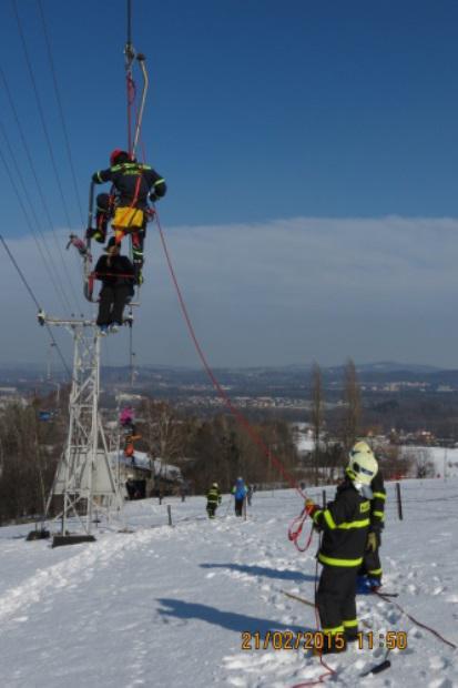 Hasiči pomáhají lidem uvízlým na lanovce a Javorový vrch