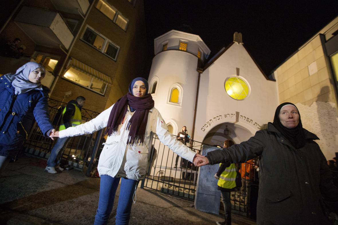Lidský řetěz jako symbol solidarity s Židy