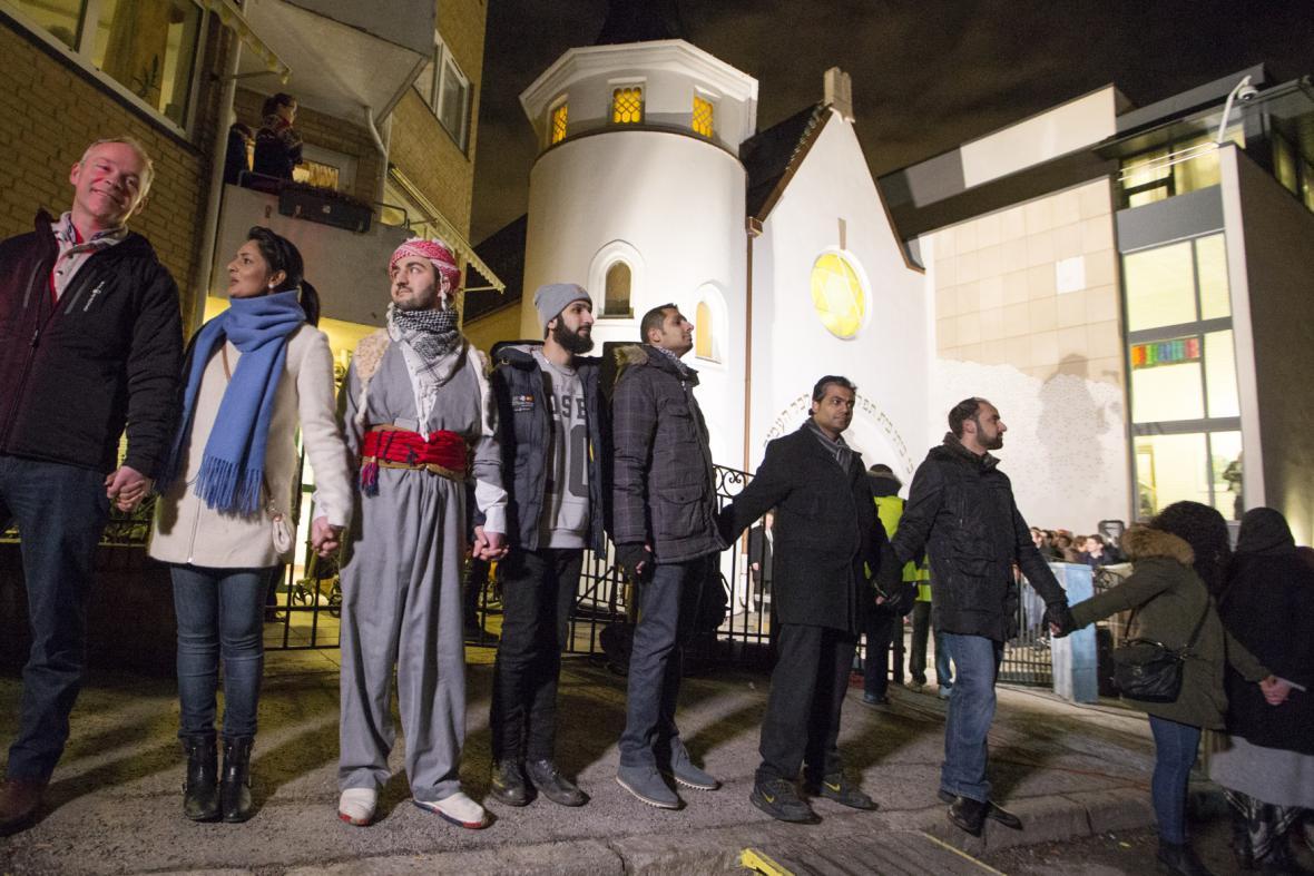 Lidský řetěz před synagogou v Oslu