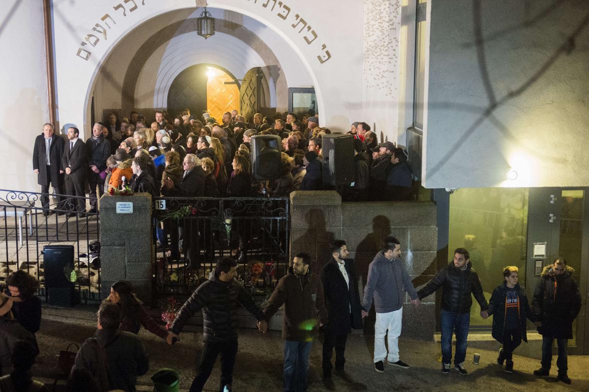 Lidský řetěz, který vytvořilo přes tisíc muslimů v Oslu v reakci na útok v Kodani