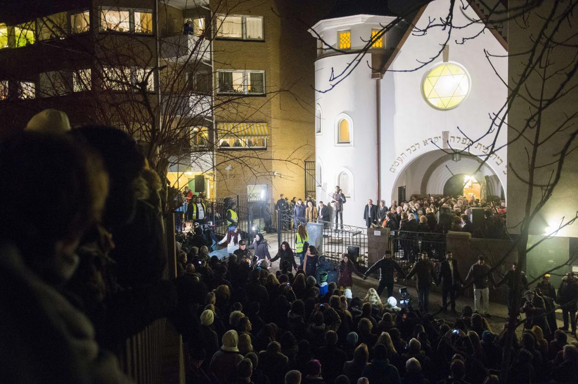 Lidský řetěz na znamení solidarity s Židy před synagogou v Oslu