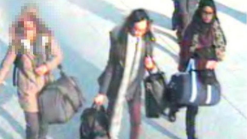 Kamery zachytily trojici dívek na londýnském letišti Gatwick