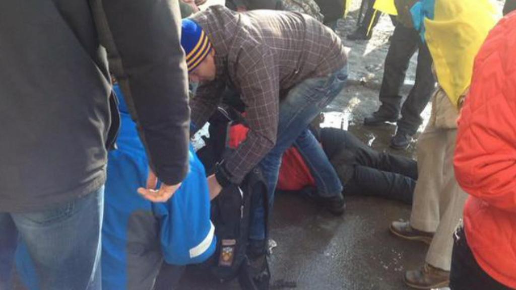 Lidé po výbuchu v Charkově pomáhají zraněným