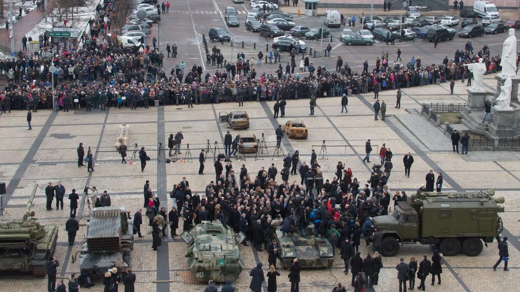 Povstalecké tanky a vozidla jsou vystavené na náměstí Nezávislosti