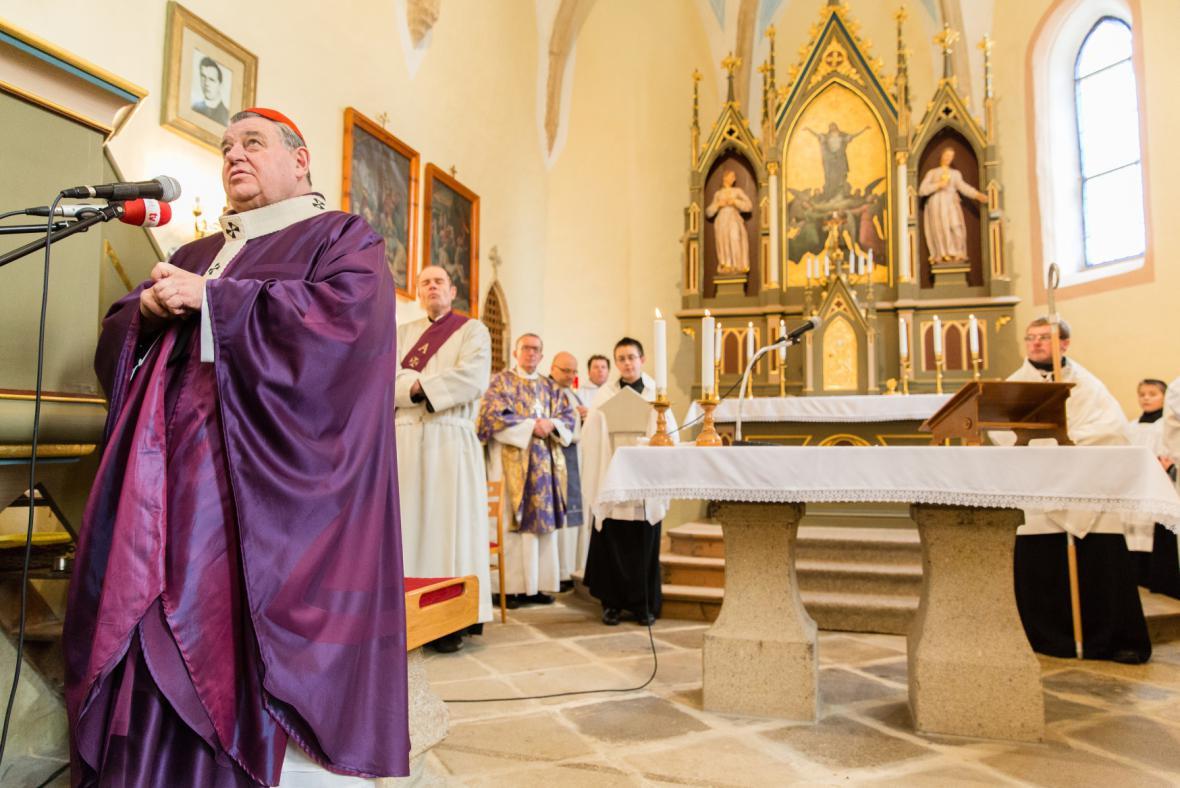 Dominik Duka vede mši v číhošťském kostele