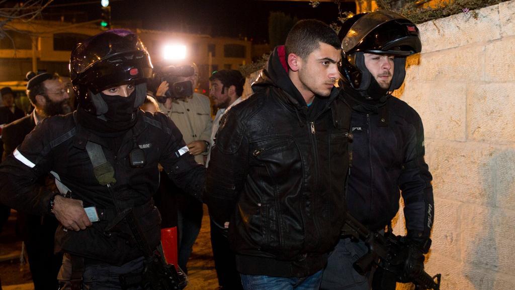 Policie odvádí zadrženého Palestince