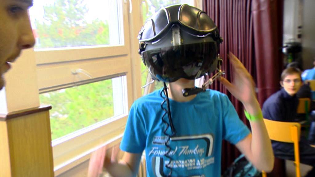 Žák v letecké helmě