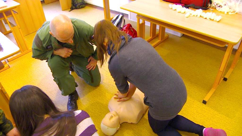 Žáci zkouší umělé dýchání