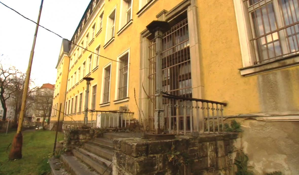 Za první republiky gymnázium, v 50. letech tajné vězení StB
