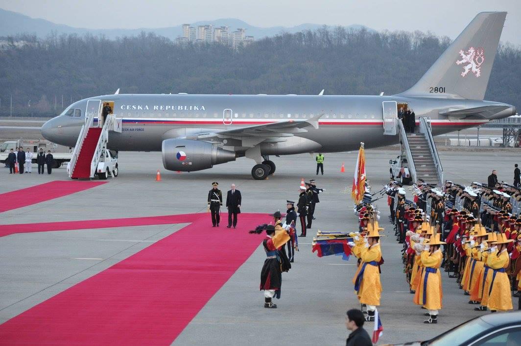 Český vládní speciál na letišti v Soulu