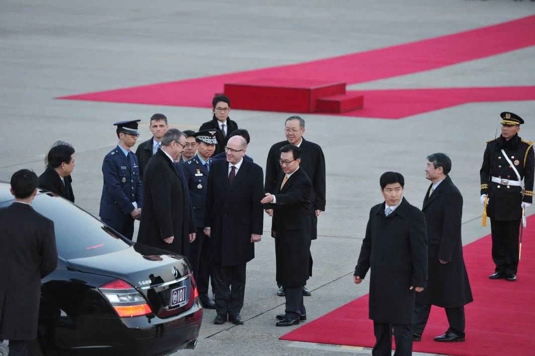 Premiér Bohuslav Sobotka s ministrem dopravy Danem Ťokem na letišti v Soulu