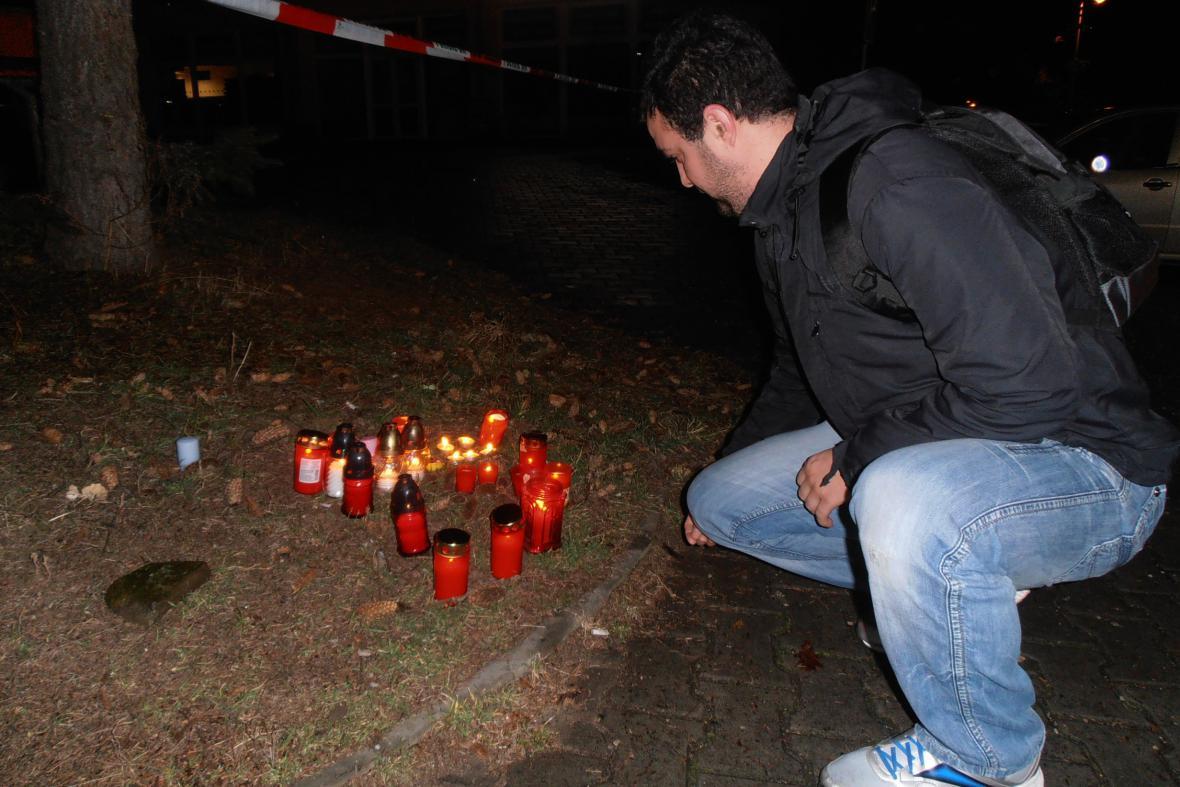 Poblíž místa útoku lidé zapalují svíčky