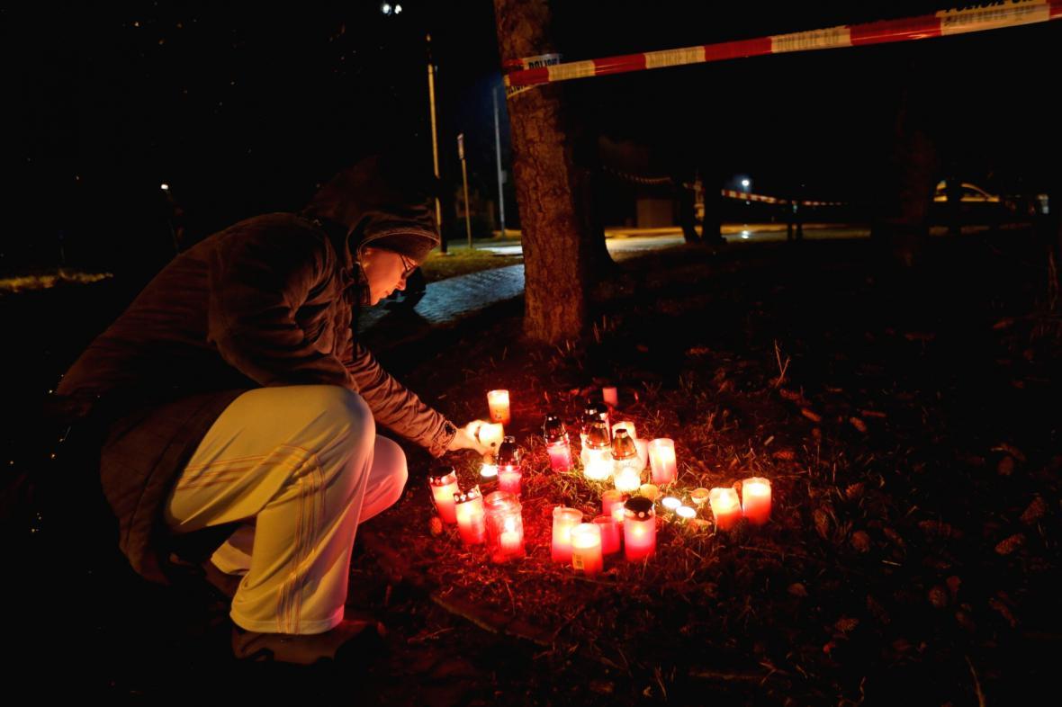 Lidé zapalují svíčky na místě tragédie v Uherském Brodě