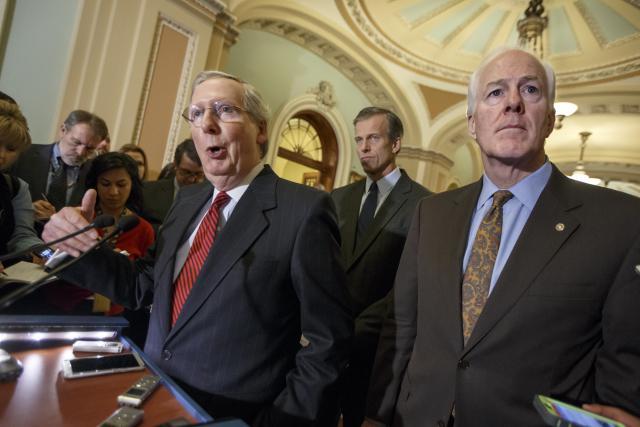 Vůdce republikánských senátorů Mitch McConnell (vlevo)