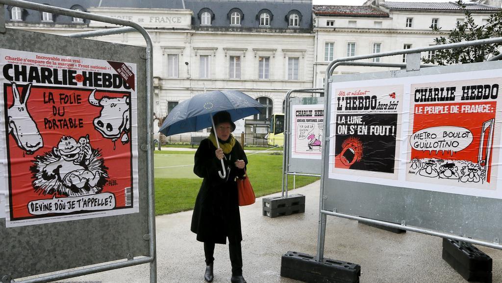 Karikatury Charlie Hebdo se přesunují z pietních výstav do běžného prodeje