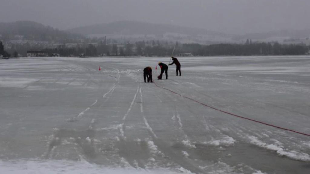 Hasiči museli z Lipna vytahovat auto, které se propadlo pod led