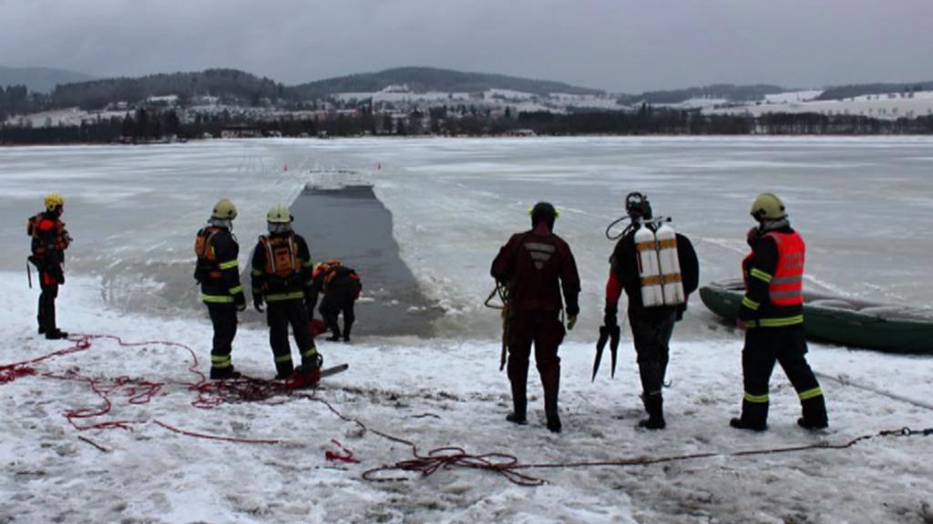 Hasiči vyřezali v ledu cestu pro vytažení auta