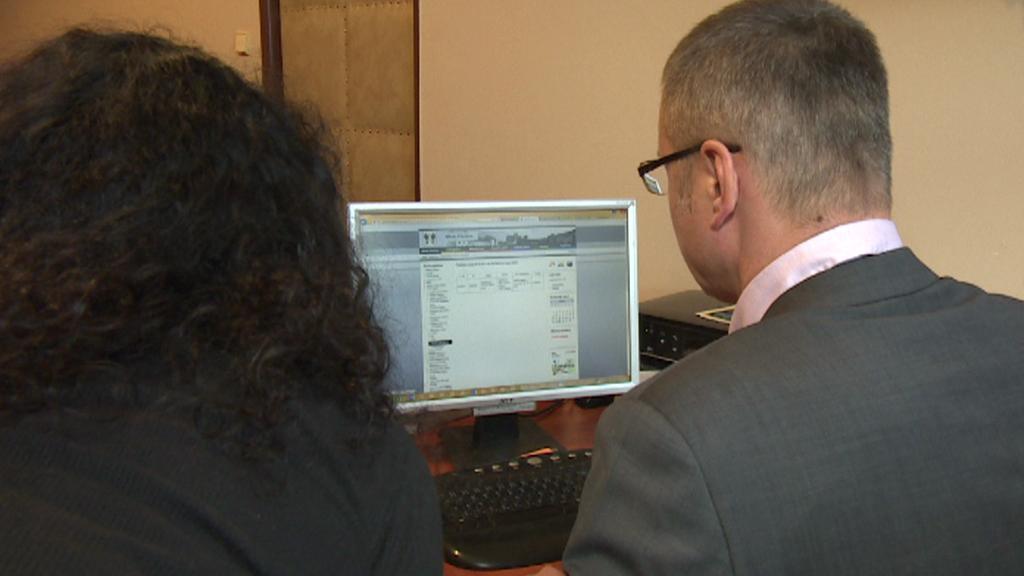 Starosta Přeštic ukazuje přehled smluv na webu