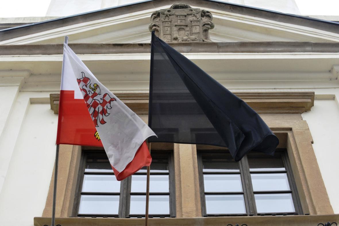 Černá vlajka na uherskobrodské radnici