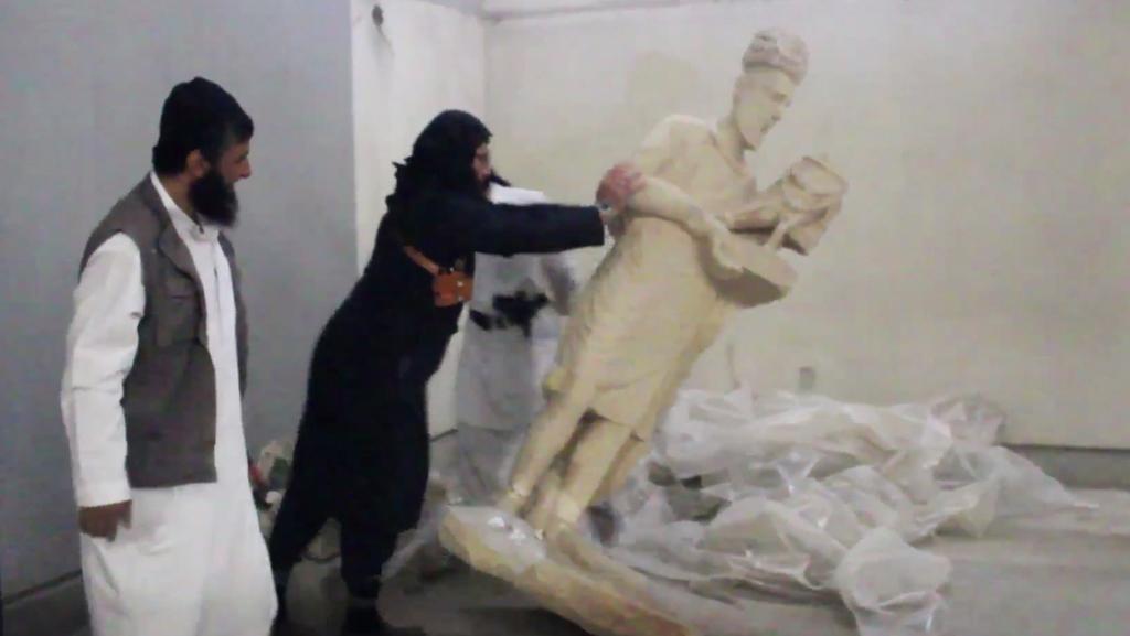 Ničení soch v mosulském muzeu