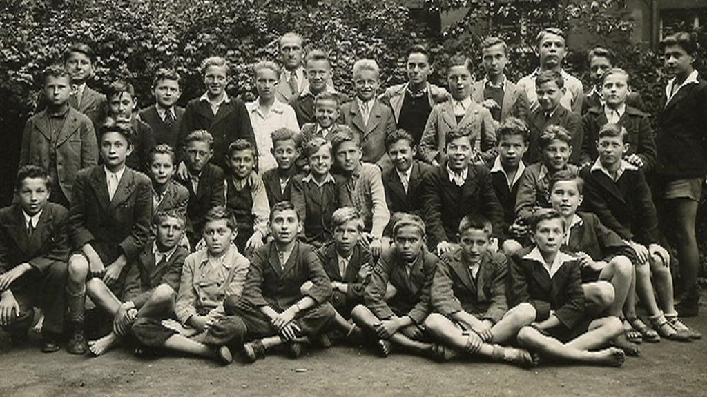 Žáci školy na archivním snímku
