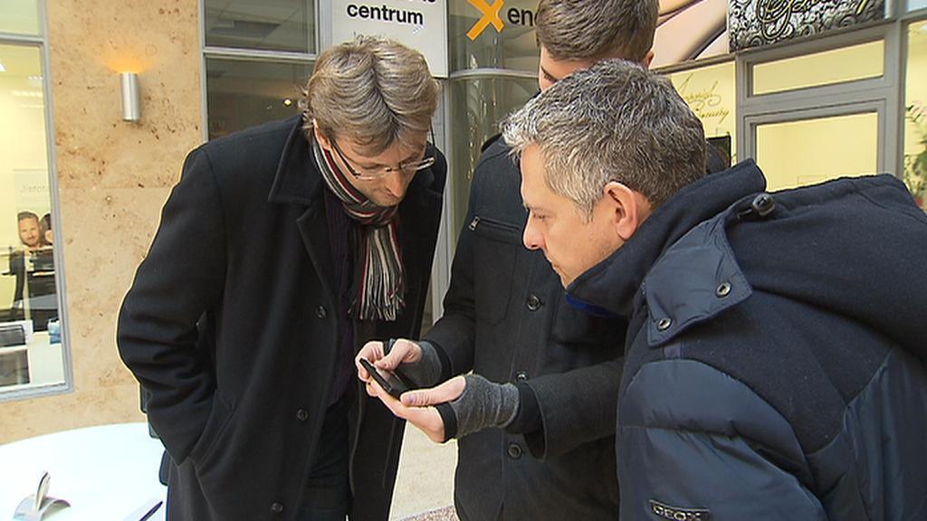 Redaktor ČT ukazuje zástupcům X Energie fotografii průkazu prodejce