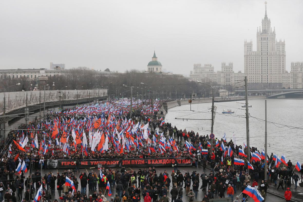 Účastníci pochodu na cestě k místu vraždy Borise Němcova