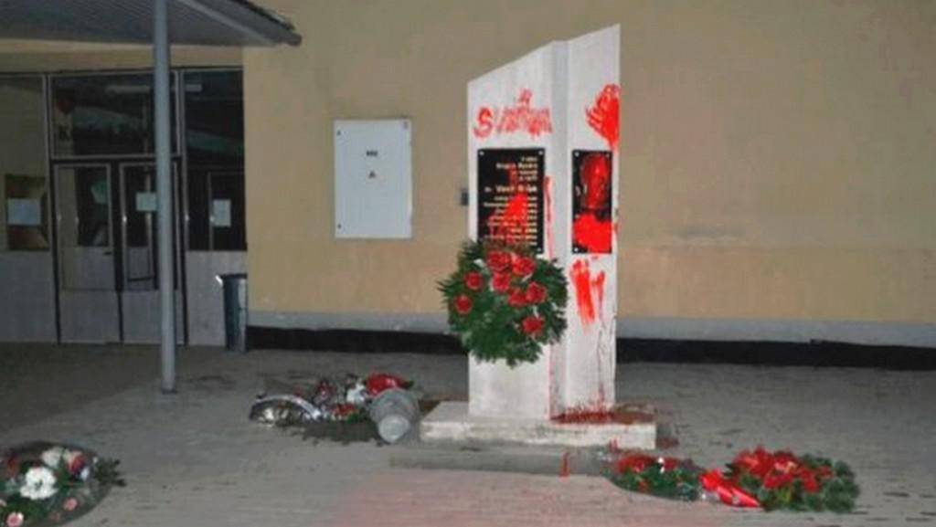 Zničený Biľakův pomník