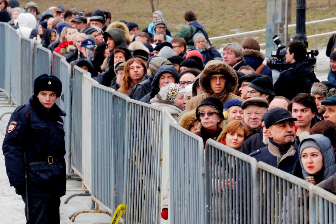 Pohřeb Borise Němcova - truchlící před Sacharovovým centrem