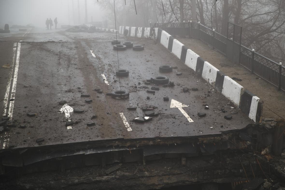 Zničená silnice v Doněcku