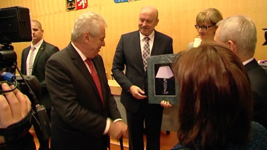 Hejtman Karlovarského kraje dostal od prezidenta darem lampu - archivní záběr