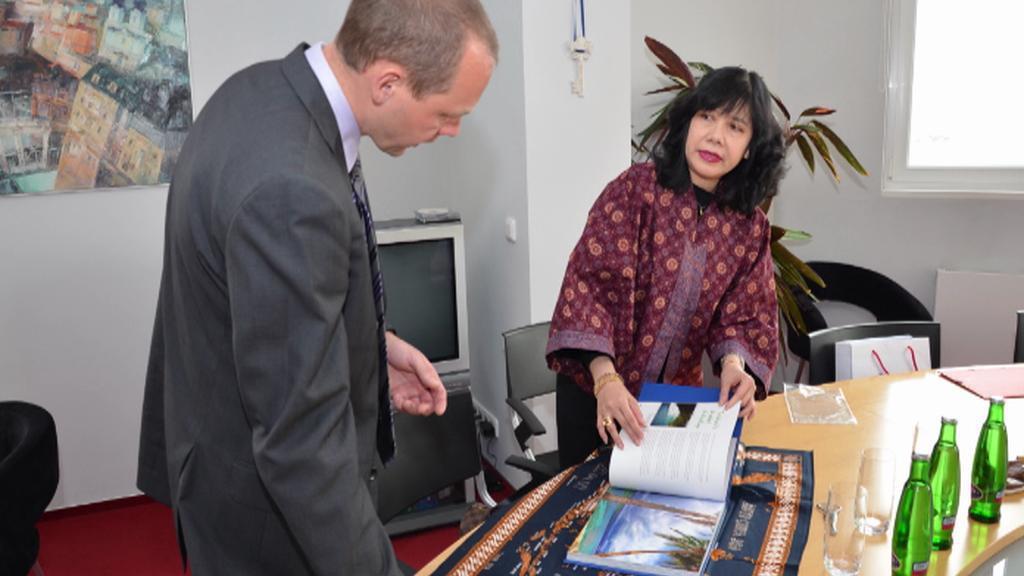 Primátor dostává dary od řady zahraničních návštěv