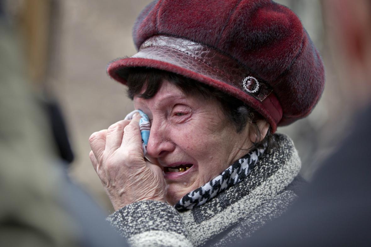 Příbuzní čekají na zprávy o hornících v šachtě Alexandr Zasjaďko
