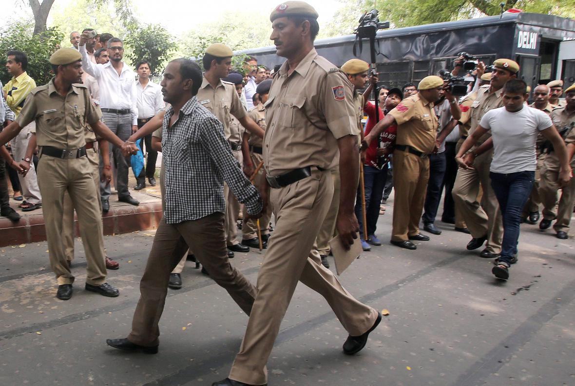 Mukeš Singh (vlevo)