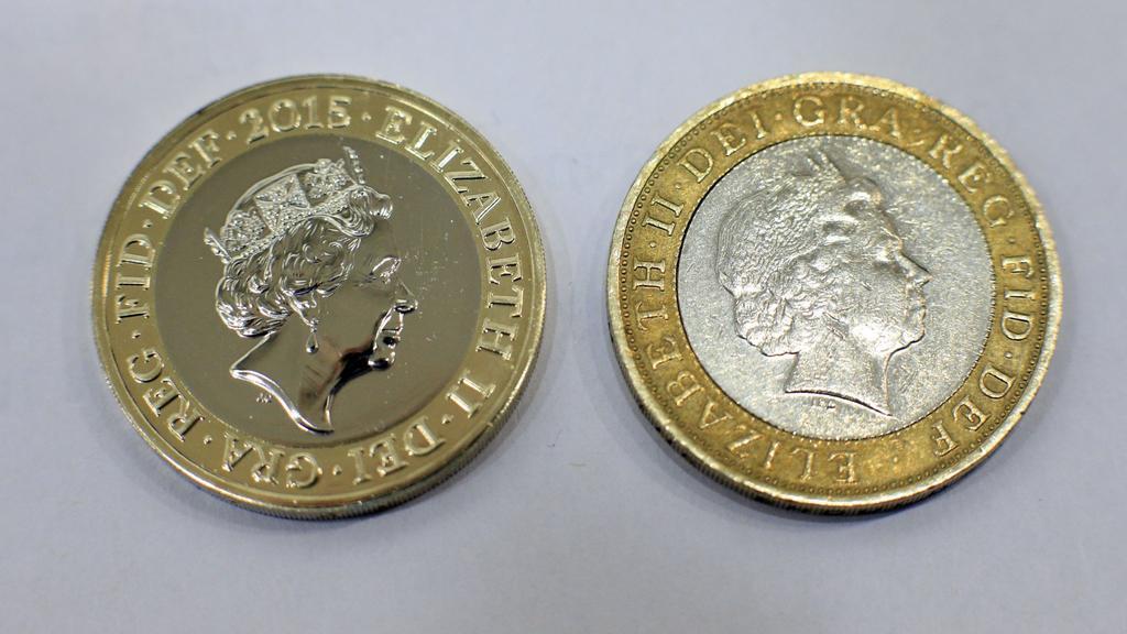 Srovnání nové dvoulibrové mince (vlevo) se starší verzí