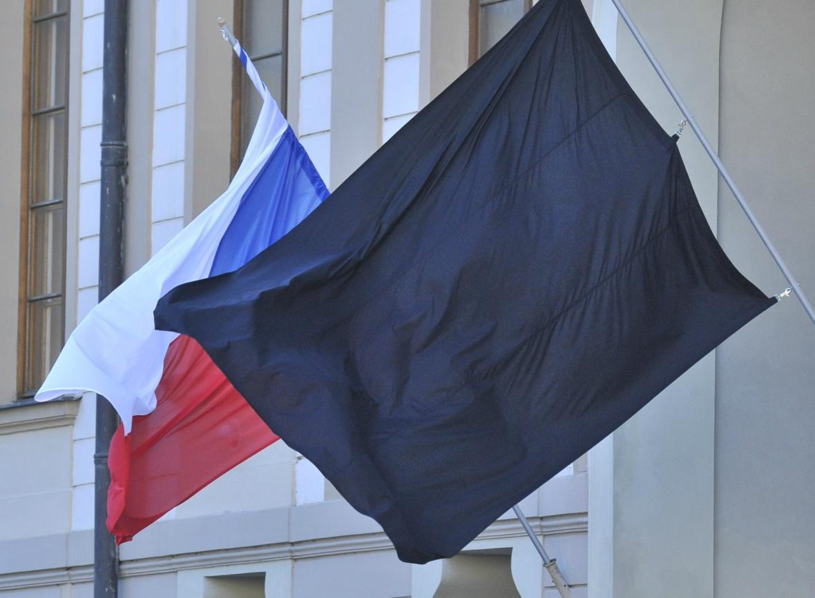 Černý prapor doprovází českou vlajku v době smutku
