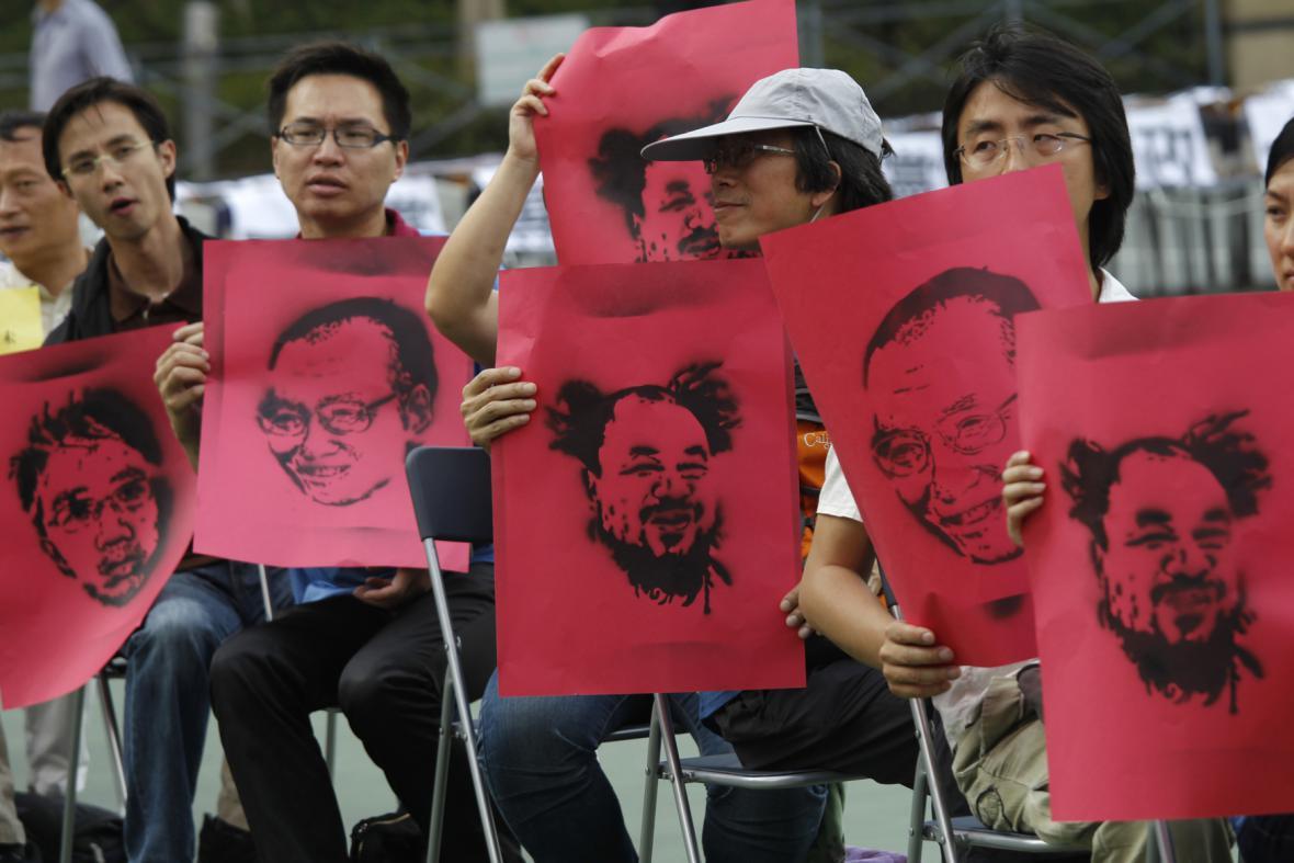 Prodemokratičtí demonstranti s portréty zadržených čínských disidentů